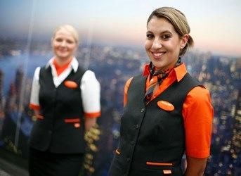 Uniformes hôtesse de l'air: easyJet. Grande-Bretagne.