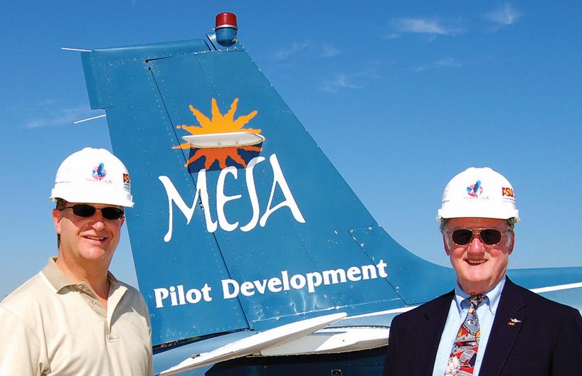 Descripción: Forma de Mesa Airlines asistentes de vuelo de la línea aérea. Phoenix, EE.UU.. 2