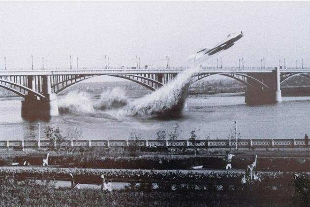 Истребитель МиГ 17 пролетел под мостом.