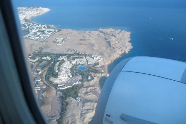 Oltre il Canale di Suez, elicotteri da combattimento pattugliano il cielo.
