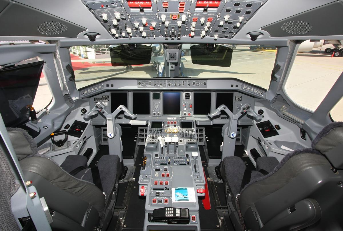 امبراير النسب 1000 الصورة قمرة القيادة