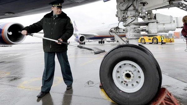Landing gear cleaning
