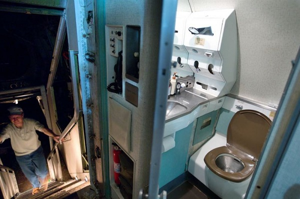 toilet on the plane 2