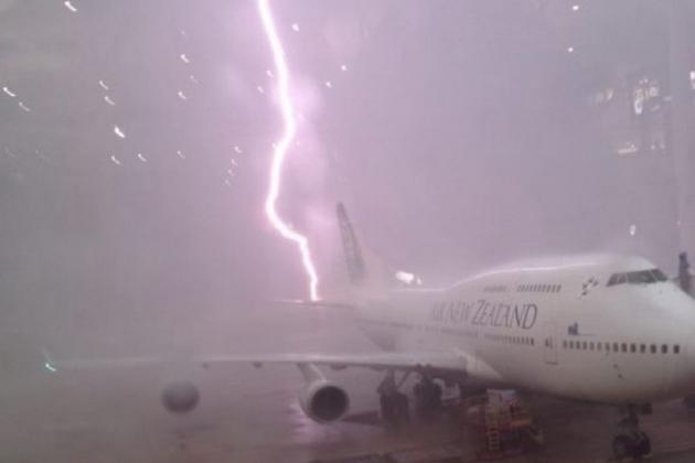 Самолёт и молния